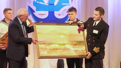 Владимир Иванович Супрун дарит директору картину